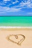 Corazón del dibujo en la playa Fotografía de archivo libre de regalías