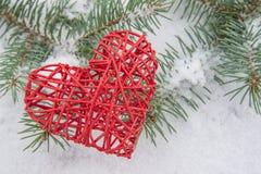Corazón del escarlata en nieve Fotografía de archivo