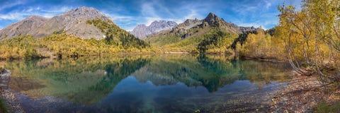 Corazón del espejo de Kardyvach del lago de la reserva caucásica de la biosfera Rusia, región de Krasnodar Fotografía de archivo libre de regalías