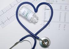 Corazón del estetoscopio de Aspirin fotos de archivo