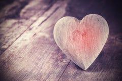 Corazón del estilo del vintage en el fondo de madera rústico, espacio del texto Foto de archivo libre de regalías