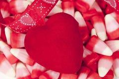 Corazón del fieltro del rojo, día de tarjeta del día de San Valentín Fotos de archivo libres de regalías