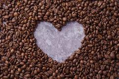 Corazón del fondo del grano de café fotografía de archivo
