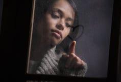 Corazón del gráfico de la mujer en ventana mojada Imagenes de archivo