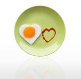 Corazón del huevo frito y corazón de la fuente Fotos de archivo libres de regalías