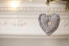 Corazón del juguete del día de tarjetas del día de San Valentín en el árbol con un espacio de la copia Foto de archivo