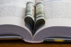 Corazón del libro de 100 dólares Foto de archivo