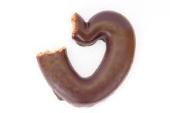 Corazón del pan de jengibre del chocolate mordido parcialmente Imágenes de archivo libres de regalías