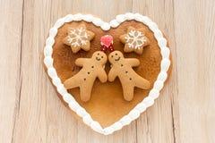Corazón del pan de jengibre en fondo de madera marrón claro Imagen de archivo