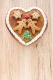 Corazón del pan de jengibre en fondo de madera marrón claro Fotografía de archivo libre de regalías