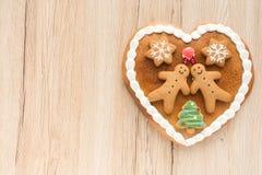 Corazón del pan de jengibre en fondo de madera marrón claro Foto de archivo libre de regalías