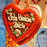 Corazón del pan de jengibre (Lebkuchenherz) ?te amo? Fotos de archivo