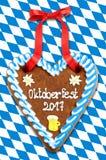 Corazón 2017 del pan de jengibre de Oktoberfest en la bandera bávara azul blanca b Imagen de archivo libre de regalías