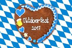 Corazón 2017 del pan de jengibre de Oktoberfest en la bandera bávara azul blanca b Fotografía de archivo
