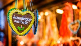 Corazón del pan de jengibre que dice saludos estacionales del ` del ` de Berlín Imagen de archivo