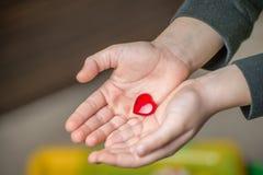 Corazón del rojo del ` s de la tarjeta del día de San Valentín Imagenes de archivo