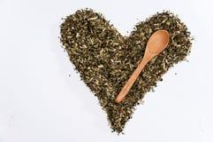 Corazón del té de la ortiga en el fondo blanco Fotos de archivo
