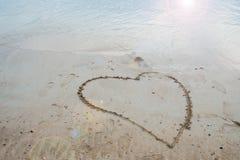 Corazón dibujado en la arena Fotografía de archivo libre de regalías