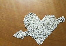 Corazón dispuesto semillas de las habas imagenes de archivo