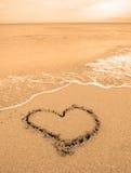 Corazón drenado en arena Imagen de archivo libre de regalías