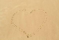 Corazón drenado en la arena Fotografía de archivo libre de regalías