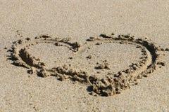 Corazón drenado en la arena Fotografía de archivo