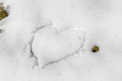 Corazón drenado en la nieve Fotos de archivo