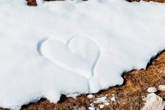 Corazón drenado en la nieve Imagen de archivo