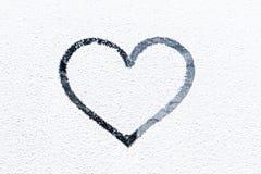 Corazón drenado en ventana escarchada. Imagen de archivo libre de regalías