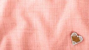 Corazón dulce del pan de jengibre del ` s de la tarjeta del día de San Valentín para la buena suerte en el cl arrugado Foto de archivo