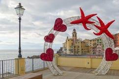 Corazón, el día de tarjeta del día de San Valentín y la iglesia de Santa Maria Assunta en Camogli, Liguria, Italia foto de archivo libre de regalías