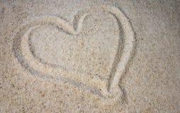 Corazón en arena imagenes de archivo