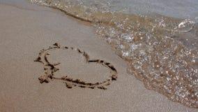 Corazón en arena Fotos de archivo