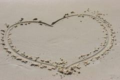 Corazón en arena. Fotos de archivo
