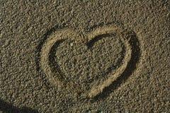 Corazón en arena gris Fotografía de archivo