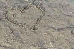 Corazón en arena mojada Fotos de archivo libres de regalías