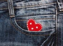 corazón en bolsillo de los vaqueros Fotos de archivo libres de regalías