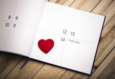 Corazón en calendario 14 de febrero Fotografía de archivo libre de regalías