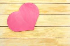 Corazón en el fondo de listones de madera Imagen de archivo libre de regalías