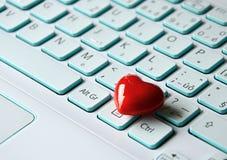 Corazón en el ordenador portátil Imágenes de archivo libres de regalías