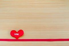 Corazón en el tablero de madera, concepto del día de tarjetas del día de San Valentín, día de tarjetas del día de San Valentín Imagen de archivo libre de regalías