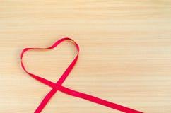 Corazón en el tablero de madera, concepto del día de tarjetas del día de San Valentín, día de tarjetas del día de San Valentín Fotografía de archivo