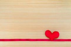 Corazón en el tablero de madera, concepto del día de tarjetas del día de San Valentín, día de tarjetas del día de San Valentín Foto de archivo