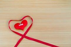 Corazón en el tablero de madera, concepto del día de tarjetas del día de San Valentín, día de tarjetas del día de San Valentín Imagenes de archivo