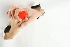Corazón en fondo de las manos Fotografía de archivo libre de regalías