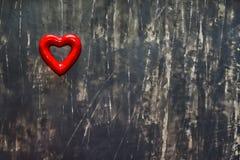 Corazón en fondo negro Postal del día de tarjetas del día de San Valentín Visión superior Copie el espacio imágenes de archivo libres de regalías
