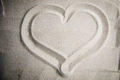 Corazón en la arena Imagenes de archivo