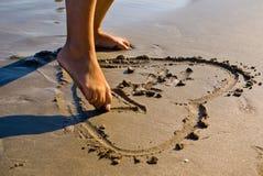 Corazón en la arena Fotos de archivo