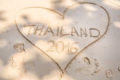 Corazón en la arena blanca Imagen de archivo libre de regalías