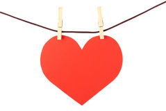 Corazón en la cuerda para tender la ropa. Aislado. Valentin Fotografía de archivo libre de regalías